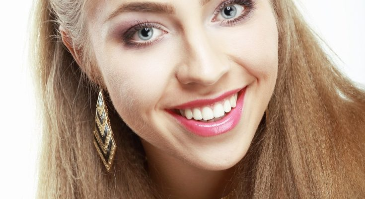 fille aux dents blanches